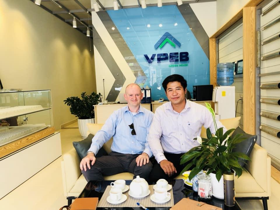 Ông Nguyễn Văn Đức (Phải) và Tom De Smedt (Trái) tại VPDD Đà Lạt